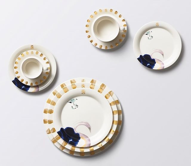 We're thrilled to finally be able to share this project. To celebrate Finland's 100 years of independence, @arabiaofficial commissioned @lindalinko to design the official tableware for the Finnish government. The task was to create a modern interpretation of Finnishness, and the result is a gorgeous tableware set named 'Suunta' (the Finnish word for direction). This set is now being used by the Finnish government as well as by all Finnish embassies across the globe. #tableware #arabia #suomi100 #valtioneuvosto #collage