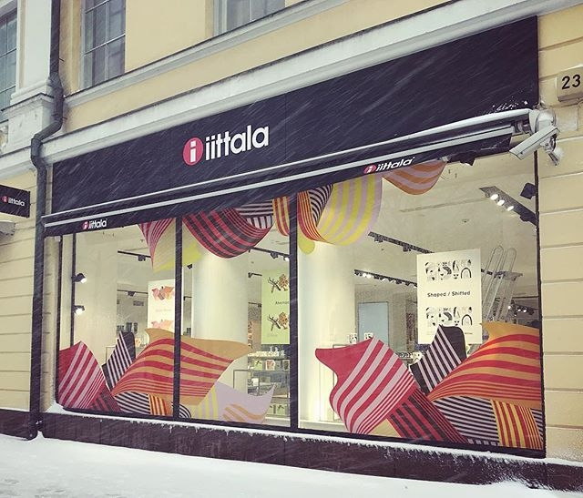 Window displays by @mvm_magnus at the Helsinki flagship store of @iittala, promoting the new Iittala Graphics collection by @ugogattoni, @chrisdelorenzo, @merijnhos and @mvm_magnus